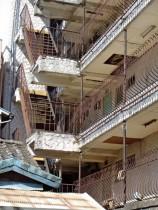 都内では老朽化し管理がずさんなマンションが増えている。